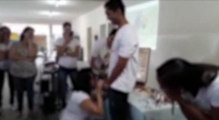 Resultado de imagem para professora ensina à alunas como usar camisinha