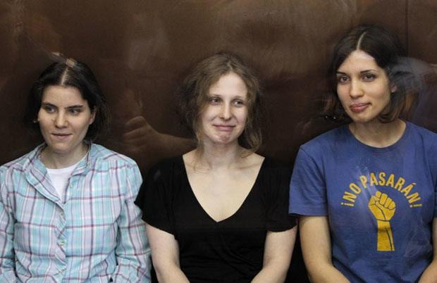 As integrantes da Pussy Riot Nadezhda Tolokonnikova, Maria Alyokhina e Yekaterina Samutsevich durante audiência nesta sexta-feira (17) em Moscou (Foto: Reuters)