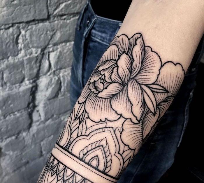 Frau tattoo blumenranke oberarm Tattoo Bilder