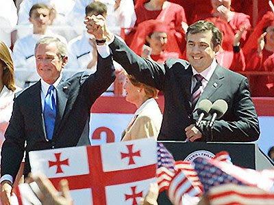 """En 2003, Georgia pasó por su """"Revolución de las Rosas"""", que llevó al derrocamiento del presidente Eduard Shevardnadze, y su reemplazó por Mikhail Saakashvili, después de las elecciones de 2004."""