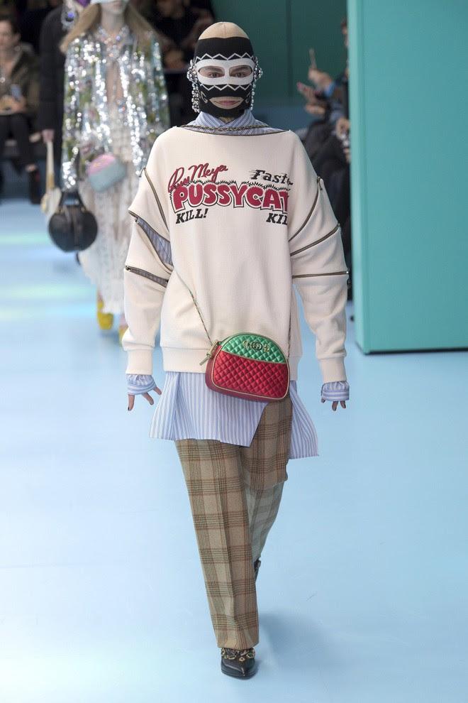 Show mới của Gucci dị quên lối về: Người mẫu ôm... thủ cấp để catwalk, kẻ lại vác nguyên con rồng - Ảnh 44.