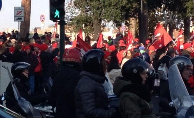 Miur, tensioni e carica della polizia per la protesta dei lavoratori delle scuole