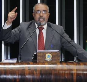 Em discurso na tribuna do Senado, senador Paulo Paim (PT-RS)