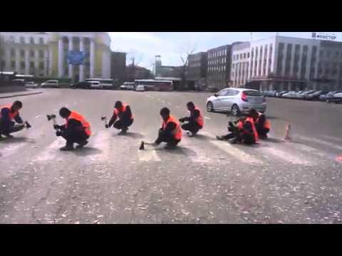 video que muestra como quitan los pasos de cebra en Rusia