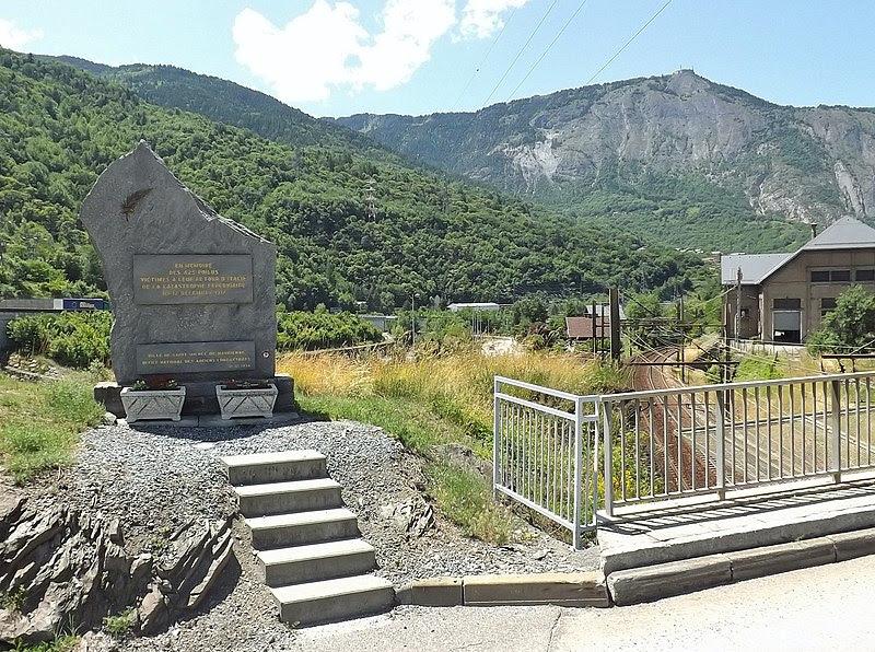File:Stèle accident ferroviaire St-Michel-de-Maurienne.JPG