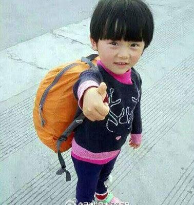 4岁的江西上饶女孩雯雯(化名)从1岁起,便跟着父母徒步旅行,去的多是山区和边境地区,平均每天步行15公里以上,已走遍半个中国。爸爸潘土丰说,目的就是培养孩子独立自强。(网络图片)