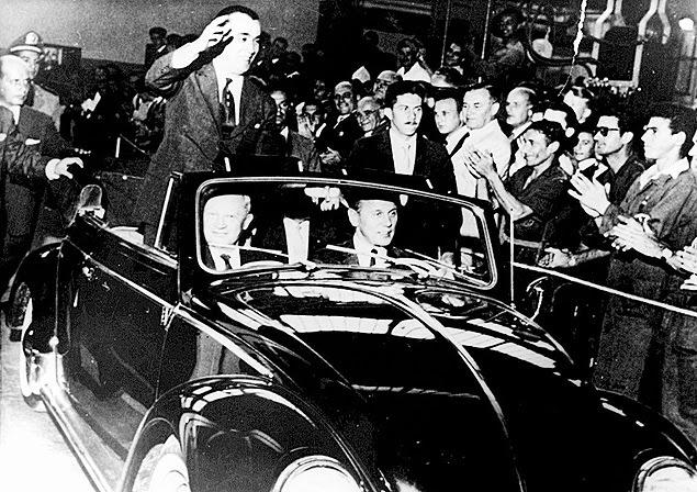 Presidente Juscelino Kubitschek acena para a multidão em carro aberto, em São Bernardo do Campo (SP), em 1959