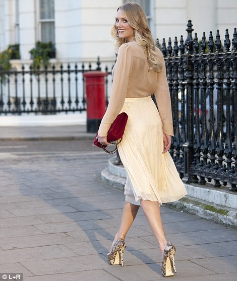 Blusa nude, £ 54,90, massimo dutti.com.  Fearne saia plissada, R $ 35, very.co.uk.  Berry saco de cadeia, R $ 199, Russell & Bromley, 020 7629 6903.  Tribunal sapatos, R $ 65, aldoshoes.co.uk