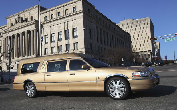 Carro com o corpo de Whitney Houston (Foto: Agência/ Getty Images)