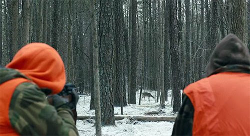 """Na primeira cena do filme, Keller Dover recita uma oração bem diante de seu filho atira um cervo.  Isso define o tom para o filme, onde a religião se mistura com a morte de um """"inocente""""."""