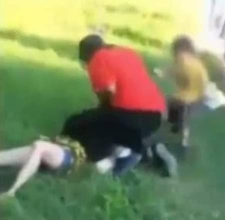 A agressão foi registrada por pessoas que não tentaram ajudar a vítima