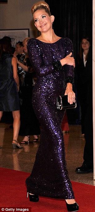 Paixão Roxo: Kate Hudson brilhava em um brilhante vestido longo roxo profundo mangas