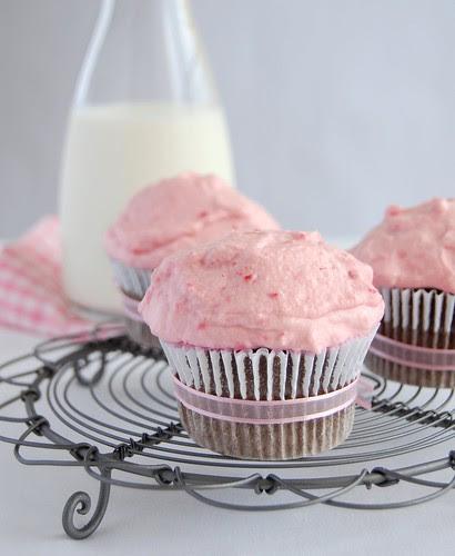 Chocolate-mayonnaise cupcakes with raspberry cream / Cupcakes de chocolate e maionese com chantilly de framboesa