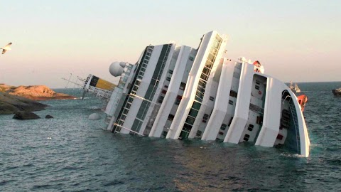 Cruise Ship Wreck In Italy Pictures