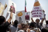 Pancartas anti Peña en el DF, este sábado. Foto: Eduardo Miranda.