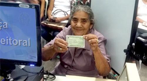 Dona Maria fez a biometria e recebeu o Título Eleitoral pela 1ª vez (Foto: TRE Ceará)