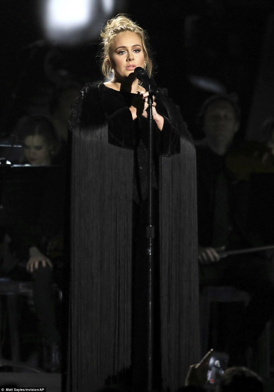 Tocando: No início da noite, os 28 anos de idade participaram de uma homenagem a George Michael, como ela realizou 1996 Fast Love