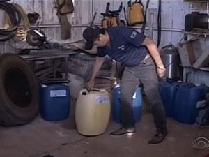 Soda cáustica foi apreendida no posto de resfriamento de leite no RS (Foto: Reprodução/RBS TV)