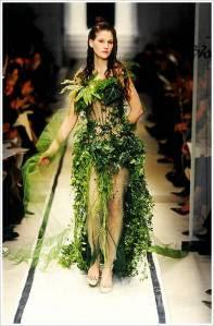 Το φυτικό φόρεμα του Πατρίκ Μπλανκ παρουσιάστηκε σε επίδειξη του Γκωτιέ