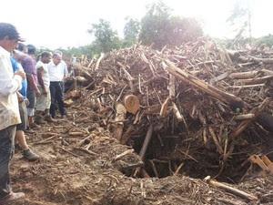 Governador presenciou cenário de destruição em Itaoca (Foto: Solange Freitas / G1)