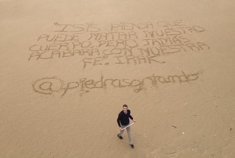 Piedras Gritando Frases En La Playa De Cristianos Perseguidos