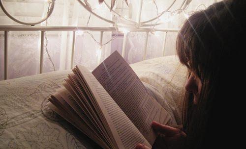 Resultado de imagem para mulher lendo na cama