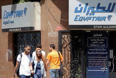 La zona de búsqueda para recuperar la caja negra del avión de  EgyptAir que se estrelló el pasado 19 de mayo en el Mediterráneo se ha estrechado a 2 kilómetros después de que un buque detectara señales de una de las cajas negras, dijo el jueves un representante egipcio en el comité de investigación. En la imagen, unos egipcios pasan junto a una oficina de Egyptair en El Cairo, el 25 de mayo de 2016. REUTERS/Amr Abdallah Dalsh