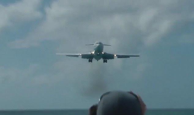 Pesawat bergemuruh di atas kepala, turis terakhir di Maho pantai di St Martin