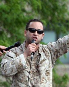 Vincent Emanuele durante un acto público contra la OTAN.