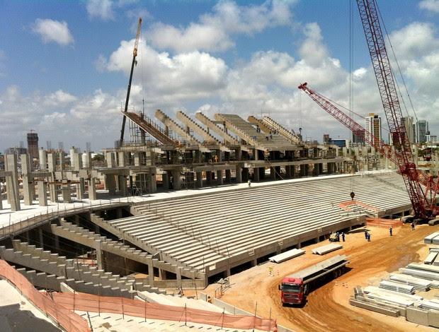 Montagem da arquibancada do setor oeste do Arena das Dunas (Foto: Jocaff Souza/Globoesporte)