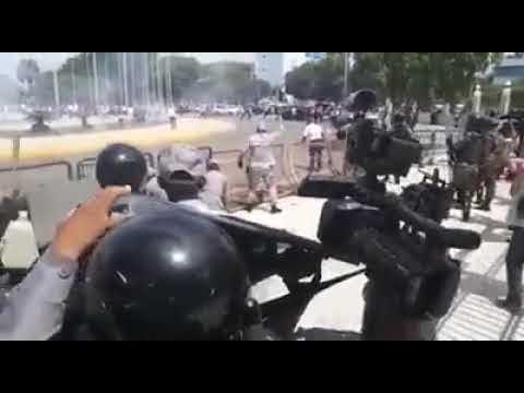 Vídeo del enfrentamiento entre Médicos y Policias al frente del Congreso Nacional