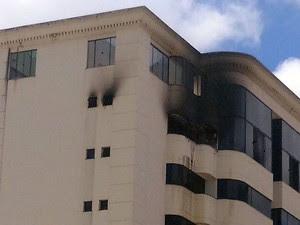 Apartamento ficou destruído com as chamas, em Vitória da Conquista. (Foto: Marcelo Torres/ Blog do Marcelo)
