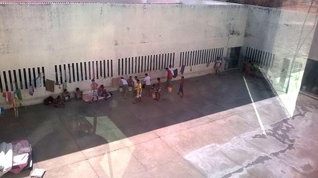 Presos estão soltos no pátio da unidade; segundo a direção, grades foram arrancadas e colchões retirados das celas  (Foto: Divulgação/PM)