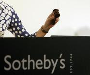 La subastadora Claudia Steinfels golpea el martillo para finalizar la venta de una pintura, durante una subasta de Sotheby's, en Zúrich. 27 de mayo de 2008. Una escultura de Rodin alcanzó un precio récord para un artículo del artista durante una subasta realizada el lunes en Sotheby's, donde fue vendida por 20,4 millones de dólares. REUTERS/Arnd Wiegmann/Files