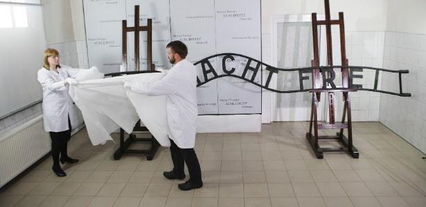 Placa com a inscrição em alemão O Trabalho Liberta havia sido roubada por uma gangue