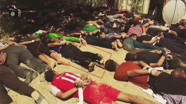 Imagem de vídeo publicado pelo Estado Islâmico no Youtube mostra Ali Hussein Kadhim em um grupo de 60 prisioneiros antes da execução  (Foto: Human Rights Watch/Divulgação)