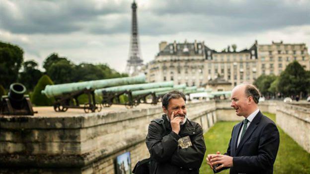 Gilberto Villarroel y Adam Bruce frente al edificio donde está la tumba de Napoleón en París