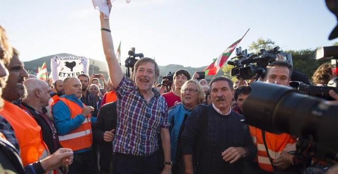El ex secretario general del sindicato abertzale LAB, Rafa Díez Usabiaga, saluda a los simpatizantes a su salida de la cárcel de El Dueso, en Santoña (Cantabria), donde ha cumplido una condena de seis años y medio por el caso Bateragune, el intento de rec