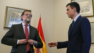 Pedro Sánchez no es correspost quan dona la ma a Mariano Rajoy
