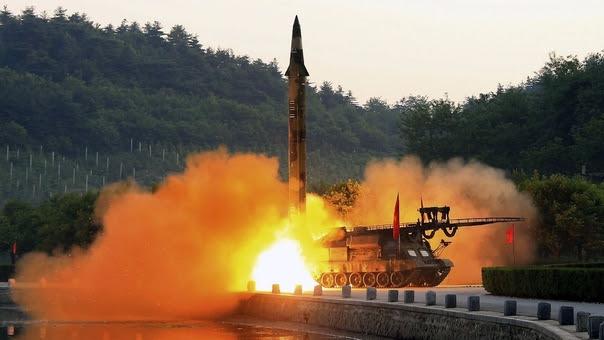 Imagen del reciente lanzamiento de un misil balístico difundida por Corea del Norte.