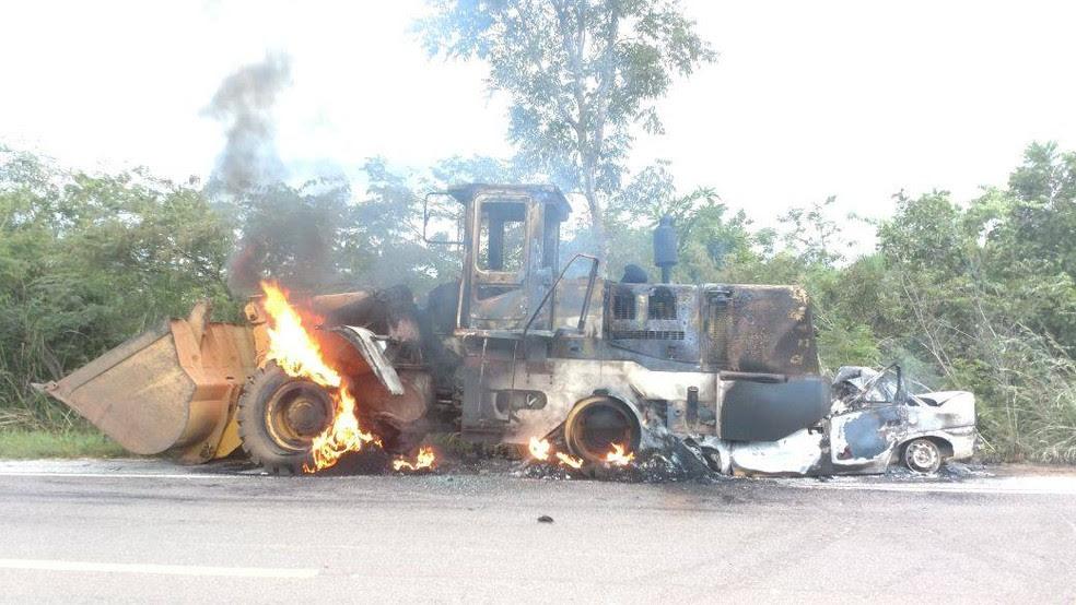 Com impacto, veículos pegaram fogo (Foto: Divulgação/PRF)