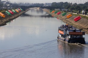 Obra PETs nas margens do rio Tiete. (Foto de Cia de Foto)