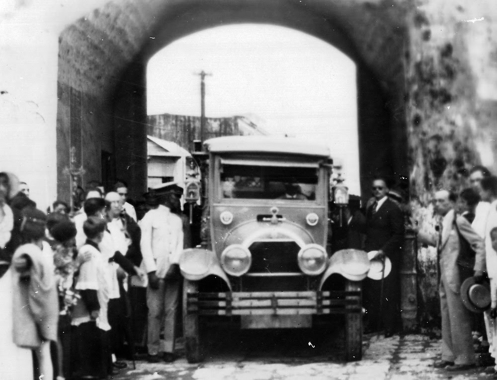 El carro fúnebre cruzando la Puerta del Conde, Altar de la Patria.