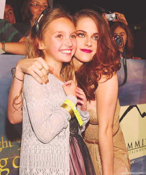"Kristen pose w/ a fan during the world premiere of ""The Twilight Saga: Breaking Dawn Part II"" in Los Angeles [12.11]"