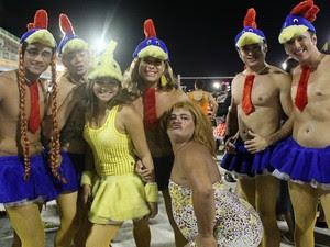 Muitos foliões combinam a fantasia com amigos (Foto: Girlene Medeiros / G1 AM)