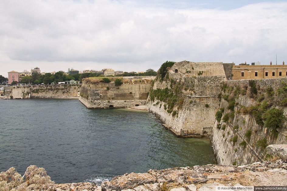 Крепостные стены у воды. Керкира, Старая Крепость