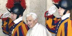 Ratzinger con guardie svizzere