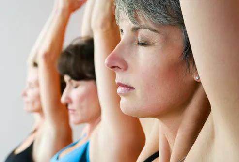 Três mulheres que fazem a ioga, fechar-se