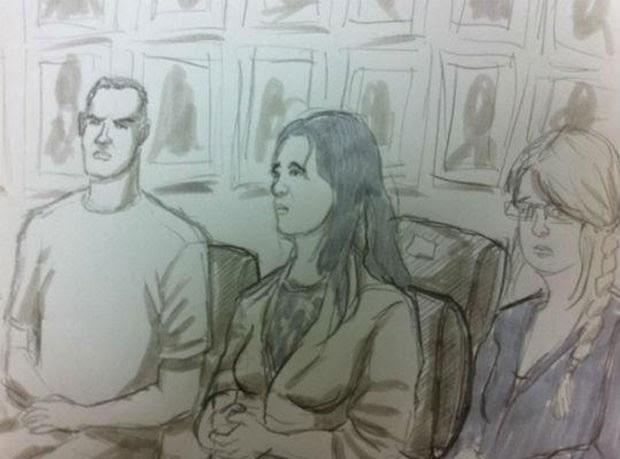 Sem algemas, Bruno alterna risos e expressão séria durante 1º dia de júri (Foto: Leo Aragão/G1)