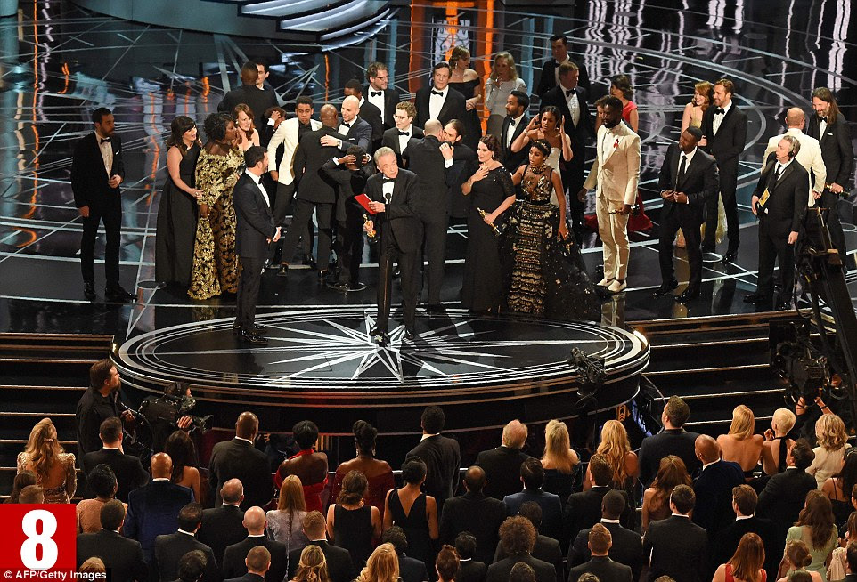 La La Land's Horowitz invites the Moonlight cast and crew on stage as Beatty explains that he had received the wrong results envelope from officials